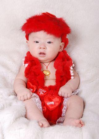 戴个小金锁 挺喜兴的 还选了一套小猪的衣服 因为宝宝是属猪的 ^_^